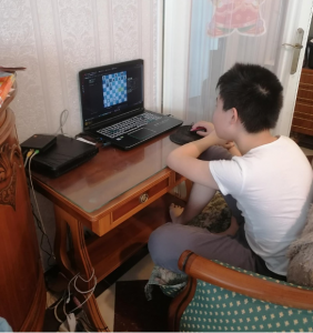 Paul, très concentré, devant son ordinateur.